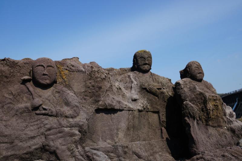 海に背を向けて石仏群があります